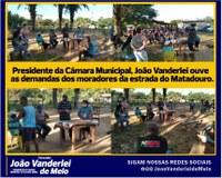 Presidente da Câmara Municipal, João Vanderlei ouve as demandas dos moradores da estrada do Matadouro.